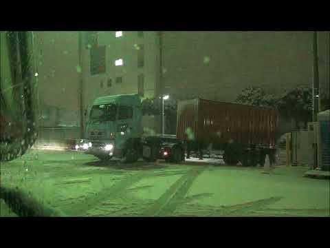 180122  東京4年ぶり大雪で滑り落ちるトレーラー