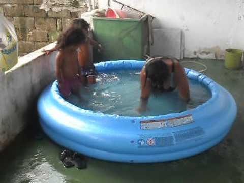 Ja a brincando na piscina com as netas youtube for Piscina jaca