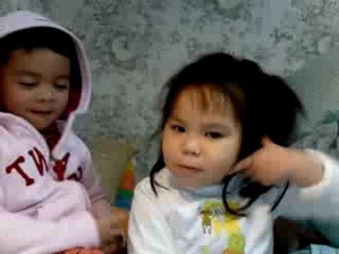 "Hannah singing ""Ba Thuong con"""