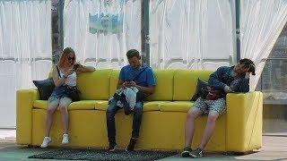 Желтый диван появился на остановке в Минске
