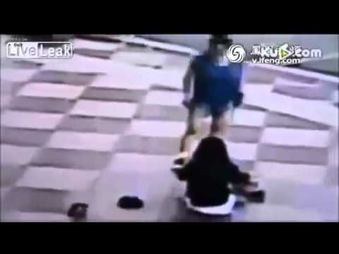 Disturbing video shows Chinese mother whipping her daughter(娘) in public catches her skipping school