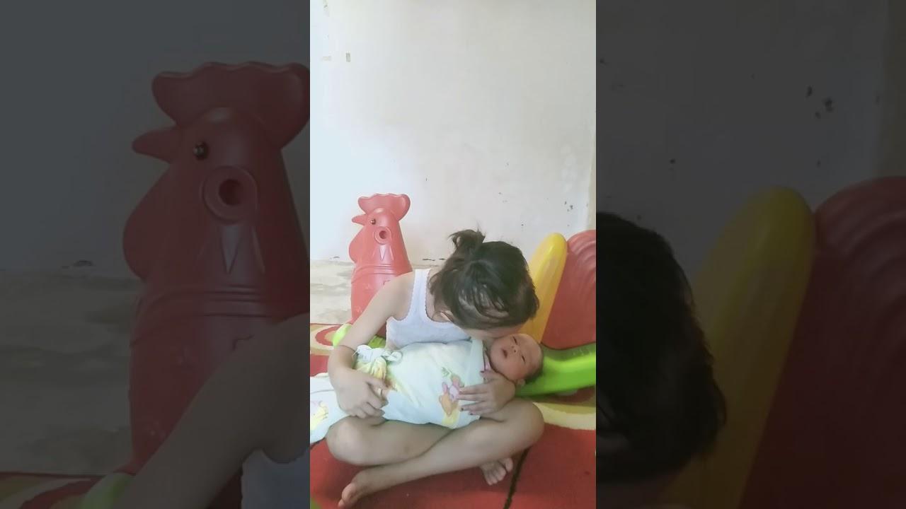 Cara menggendong bayi baru lahir bagi pemula - YouTube