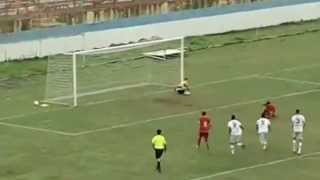 Haksız penaltı atan futbolcu topu ıskalıyor