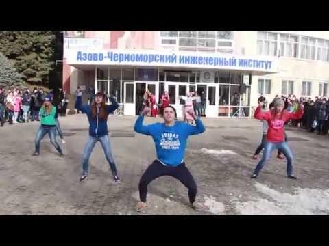 Улетный танец у главного корпуса АЧИИ ДГАУ
