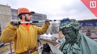 Смотреть видео Как моют памятники в Москве онлайн