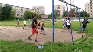 Любители спорта, живущие на Станиславском жилмассиве, гоняют мяч в пыли