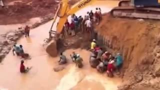 Repeat youtube video Escavadeira Hidráulica Trabalhando no Garimpo  Risco de Acidente com morte