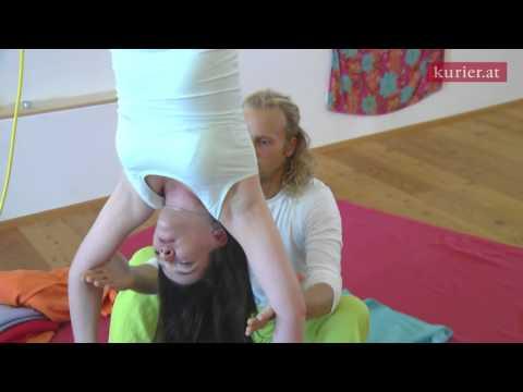 Frauen, die nackt kopfüber hängen