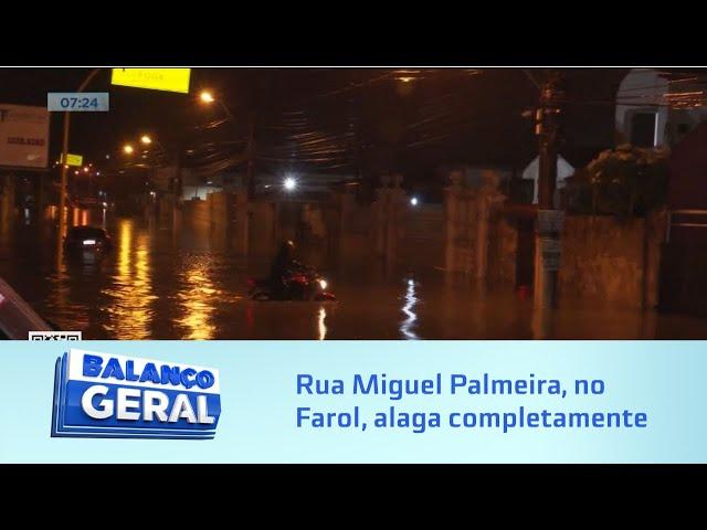 Chuva em Maceió: Rua Miguel Palmeira, no Farol, alaga completamente e carro fica coberto pela água