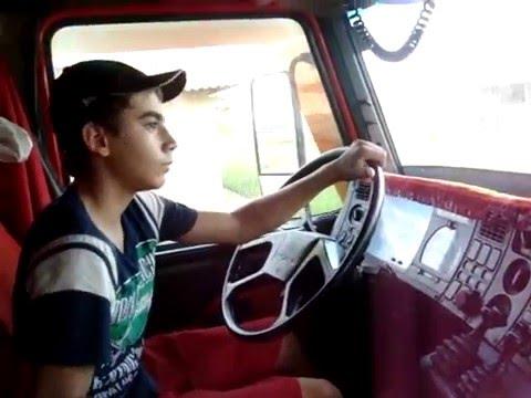 pai deixa seu filho dirigir scania 113