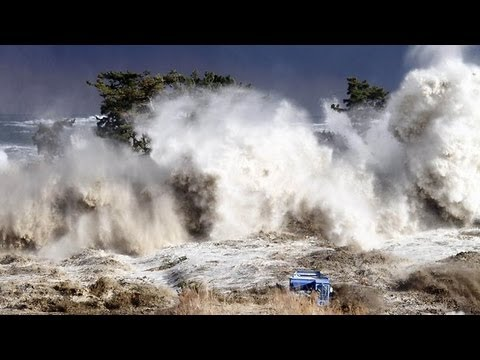 Tsunami in Japan - The Most Shocking Video El video más impactante del tsunami en Japón! Travel Video