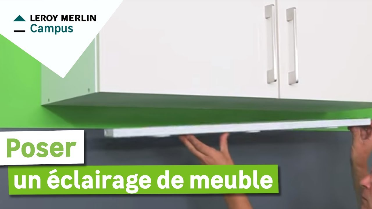 Comment poser un clairage de meuble haut youtube - Comment installer des spots led au plafond ...