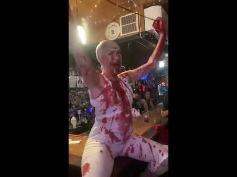Super Martinez - Simula un Horrible y Espantoso Aborto Celebrando Halloween