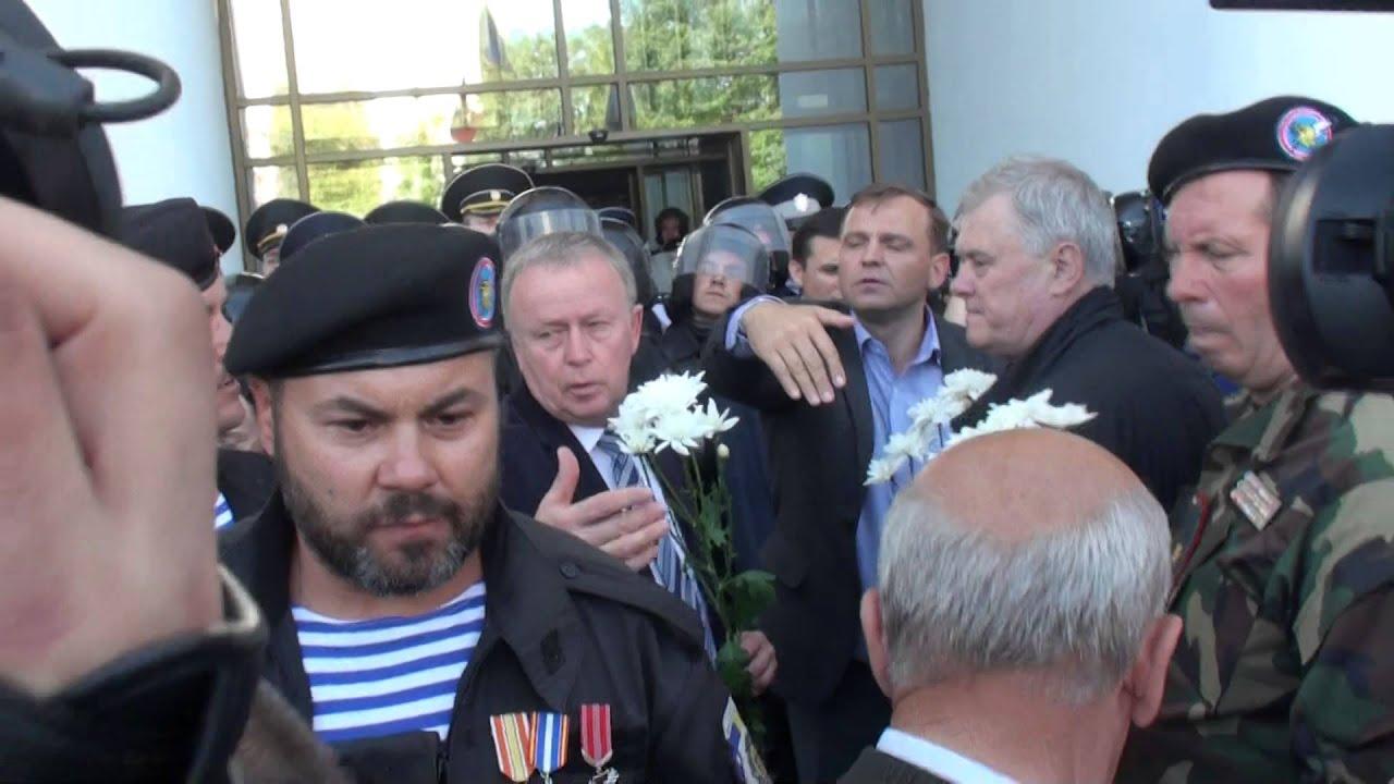 Combatanții nu le-au permis protestatarilor să intre în Parlament