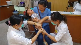 打針 Vaccination Shots for a Kid.寶貝打預防針. Injection, baby cry.