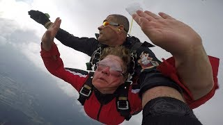 BEZDOMNA DOSTAJE 5000zł ZA SKOK ZE SPADOCHRONEM / HOMELESS GIRL GETS $1350 FOR SKYDIVING