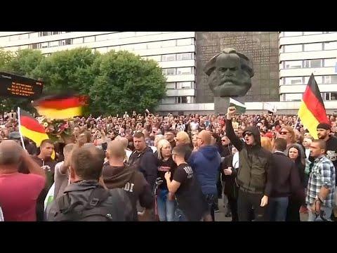 شاهد: مئات المتظاهرين يطالبون ميركل بمغادرة مدينتهم  - 10:54-2018 / 11 / 17