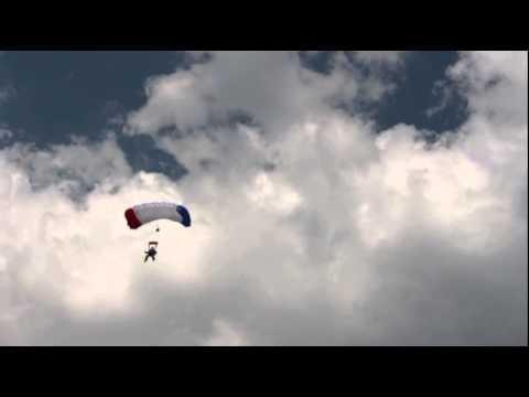 Fallschirmspringer beim Tatort