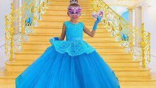 La Abuela Ayudó a Alice a coser un nuevo vestido de princesa a la pelota