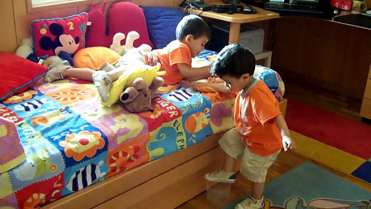 Beb s gemelos de 2 a os en su cuarto habitaci n youtube for Cuartos para ninas gemelas