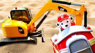Игрушки в песочнице - Щенячий Патруль. Маршал и Крепыш строят бассейн. Игры в машинки в песке