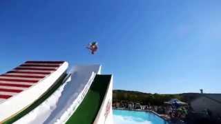 С горки в бассейн, прикольные прыжки в воду!! Водная горка!!!