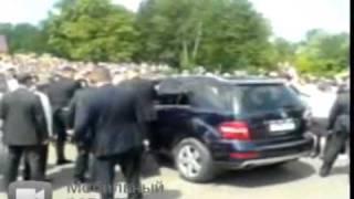 Медведев чуть не задавил людей на джипе в Казани