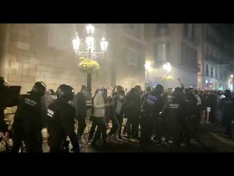 Càrregues policials a Sant Jaume contra el nou confinament