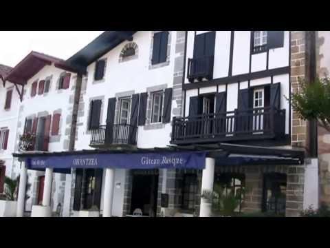 France Pyrénées Atlantiques le village bastide de Ainhoa en Pays Basque