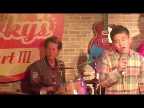 2016年11月25日沖縄、Porkysにて、ISSAの、パパの息子さん、チェスカ君歌って、COOLS.秀光さんが飛び入りでドラム演奏