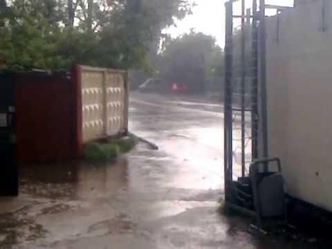 Moskva Perovo, güclü yağış yağarkən, yolda axan sel