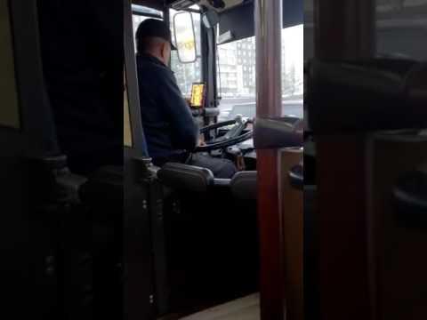 В Красноярске  В Красноярске водитель автобуса играл в нарды за рулем