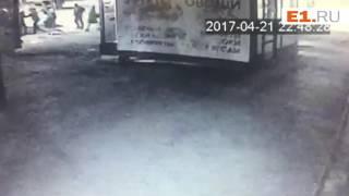Пьяный водитель и пассажир избивают прохожего, который пытался снять ДТП на телефон
