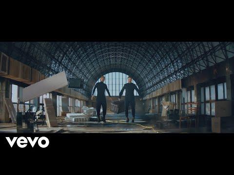 Смотреть клип Macaco - Blue Ft. Jorge Drexler, Joan Manuel Serrat