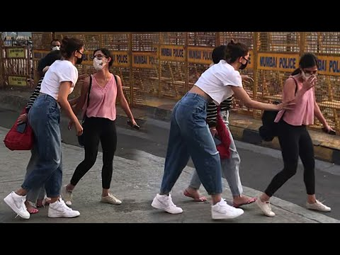 Deepika Padukone Back 2 Back Crazy Moments With Her Staff On Mumbai Road's At Gateway Of India