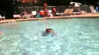 Eliott a la piscine 14/07/2011