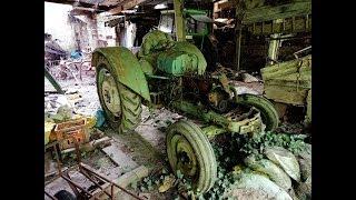 Traktory  na opuszconym gospodarstwie