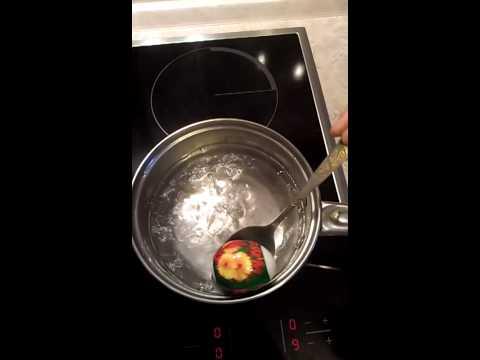 Как клеить наклейки на пасхальные яйца?