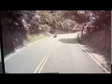汽車駕駛違規超車  害機車騎士慘摔「腦震盪」