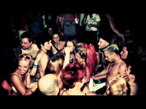 Anna and the Barbies 4kézláb