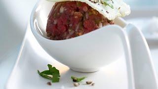 Татарский бифштекс. Блюдо из сырого фарша.
