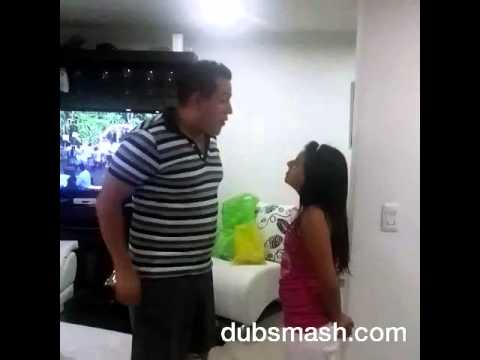 Papa y hija jugando
