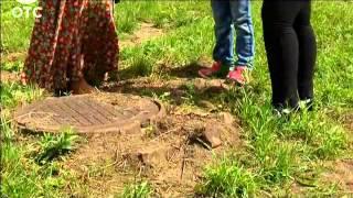 Родители 6-летней девочки, провалившейся в канализационный колодец, не могут найти виновных(, 2014-09-03T17:11:44.000Z)