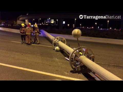 El vent tomba un enorme pirulí metàl·lic a Tarragona