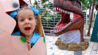 ديانا وروما يمشيان في حديقة الديناصورات ومتحف الأوهام