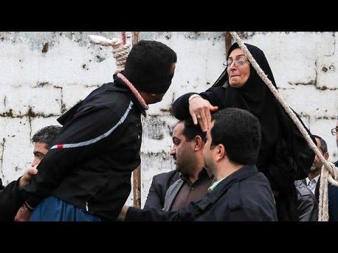 إيرانية تصفع قاتل ابنها وتنقذه من حبل المشنقة - أخبار الآن