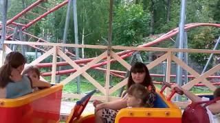 дикий поезд( видео для детей)!!видео для малышей!!!(Катание ребенка на аттракционе