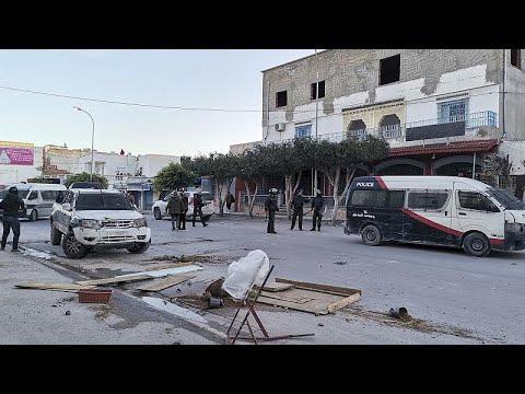 شاهد: صدامات بين محتجين والشرطة في تونس والجيش ينتشر في بعض المدن…