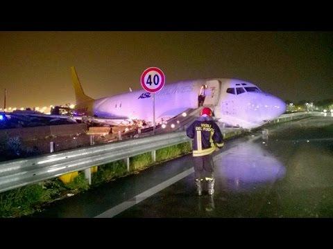 Un avión de carga se despistó en Bérgamo y terminó en plena ruta