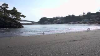 ここは、岩海岸。源頼朝の船出の浜と知られている海岸です。 左に見える...